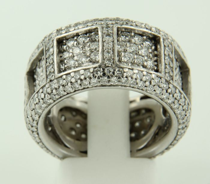 18 kt White gold ring set with 366 brilliant cut diamonds, approx. 4.12 carat in total, ring size 18.5 (58).