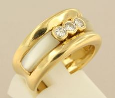 18 kt yellow gold ring set with mother of pearl and brilliant cut diamonds, ring size 17 (53) ****NO RESERVE PRICE****