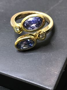 18kt gold ring with exceptional IGI natural untreated 5.00ct blue sapphire and 2 diamonds H VS2 size16.5