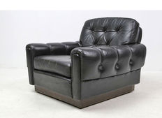 Producer unknown - luxuriously designed vintage armchair in black leather