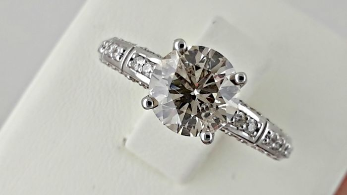 Ring - Gold - Commonly treated - 1.8 ct - Diamond