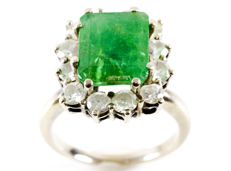 White gold Ring with Centre Emerald of 3.40 ct and 12 Brilliant cut Diamonds of 1.20 ct  (I-L/P1). IGE certificate.