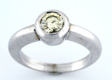 White Gold ring with Brilliant cut Diamond of 0.64 ct. (O-R/VS1). IGE certificate: