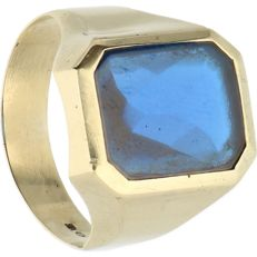 14 kt - Yellow gold signet ring set with cabochon cut blue sapphire - Ring size: 19.25 mm
