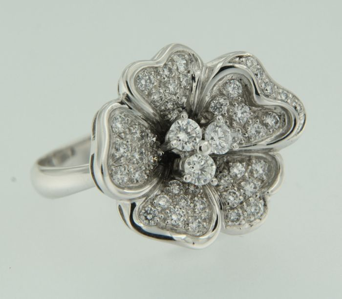 18k white gold ring set with 49 brilliant cut diamonds, approx. 1.82 carat in total, ring size 17.5 (55)