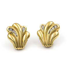 Yellow gold, 750/1000 (18 kt) – Earrings designed like ferns – Brilliant-cut diamonds – Earring height: 17.20 mm