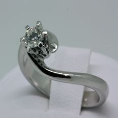 18 kt white gold solitaire with diamond. Size: 14.