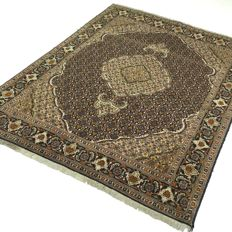 Tabriz-Mahi - 196 x 147 cm - eye-catcher with silk - Persian rug in wonderful condition - with certificate