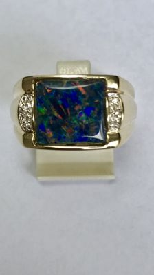 14 kt gold ring inlaid with opal and 6 diamonds. Ring size 20 (63).
