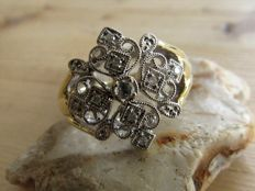 Elegant gold ring in Victorian style with 9 natural diamonds.