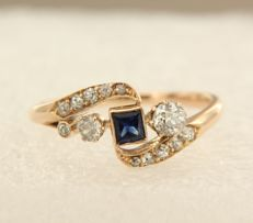 18 kt rose gold antique Victorian ring set with princess cut sapphire and 13 old mine cut diamonds, approx. 0.46 carat in total, ring size 17.75 (56)
