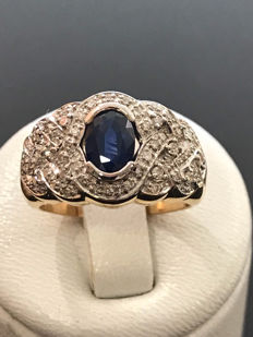Gold ring with diamonds and sapphire totalling 1.10 ct