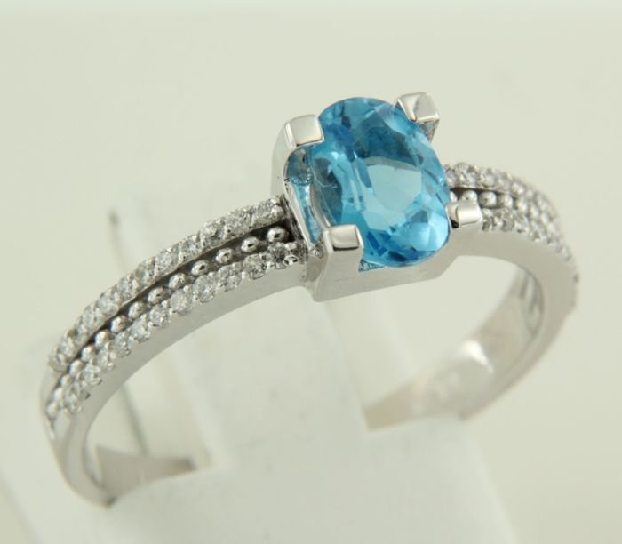 14 kt white gold ring set with blue topaz and diamonds of approx. 0.18 ct in total - ring size 18 (57)