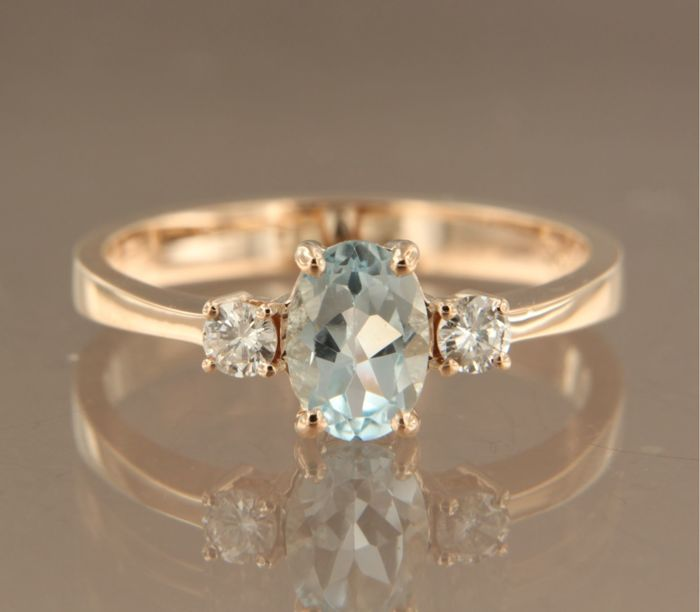 14 kt Rose gold ring set with a central blue topaz and 2 brilliant cut diamonds of approx. 0.16 ct in total, ring size 17.25 (54)