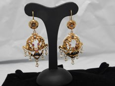 Bourbon earrings in 12 kt yellow gold – Tiny pearls, sapphires, rubies totalling 0.70 ct