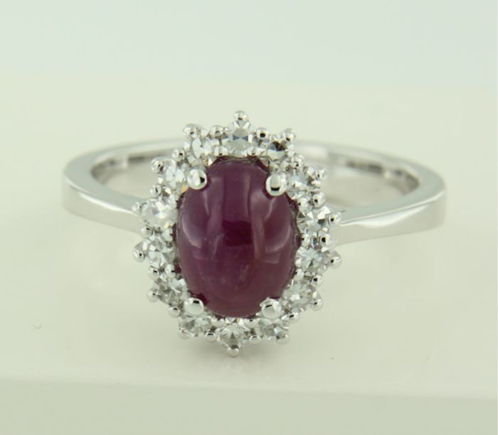 14 kt White gold entourage ring set with a central cabochon cut ruby and 14 single cut diamonds, 0.32 ct, ring size 16.5 (52)