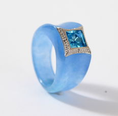 Coloured Jade ring, set with Diamond, 0.02 ct and blue topaz. Ring size 18