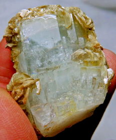 Beautiful stepped clear aquamarine crystal with muscovite - 44x34x23 mm - 47 gm