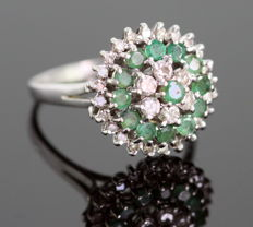 18K white gold ladies ring with diamonds (0.42 ct total ) and emeralds ( 0.39 ct total ), London 1974 – Size: (UK) = T (US) = 9 3/4 (EU) = 61 1/2