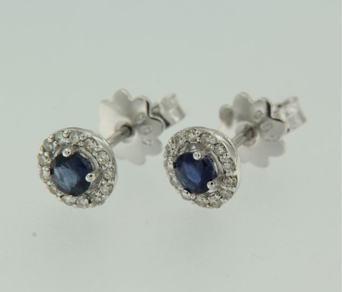 14 kt white gold ear studs set with a central sapphire and 26 brilliant cut diamonds, approx. 0.20 ct in total