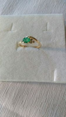 Yellow gold ring (18 kt / 750) with emerald – Diamonds 0.03 ct – 14.5 mm