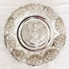 Beautiful Djokja-dish. Dated from the 40s of the previous century.  Hallmarked with H 800 DE LUXE.  Fitted with the silversmith-/maker stamp and the content stamp 800/1000 in pure silver.