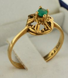 14 kt Gold ring inlaid with emerald – Ring size: 17