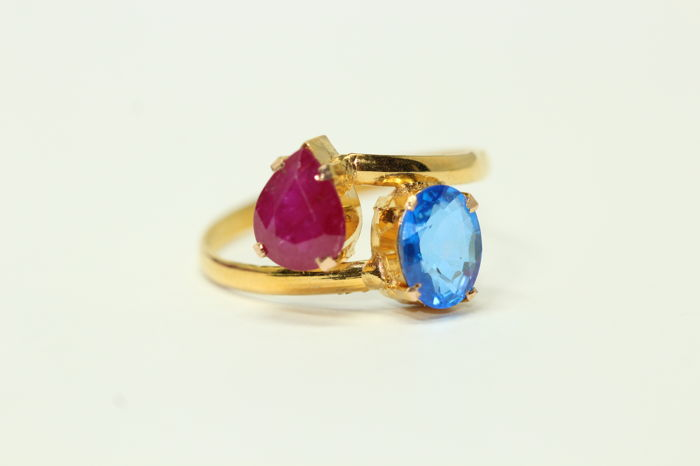 18k gold ring set with blue topaz and ruby, size 56