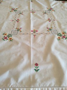 Romantic hand embroidered small tablecloth - Italy - 1960s