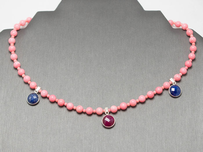 Pink coral necklace with rubies and sapphire, 44.5 cm long, 14 kt white gold clasp