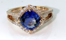 Diamond ring with exclusive blue sapphire of 2.00 ct & 54 diamonds of 0.50 ct in total, with jewellery certificate