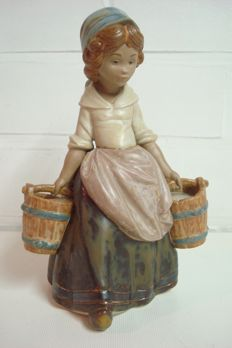 LLadró - Girl with two buckets