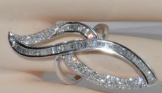 18 kt white gold ring with 131 diamonds totalling 4.5 ct. Ring size: 58.