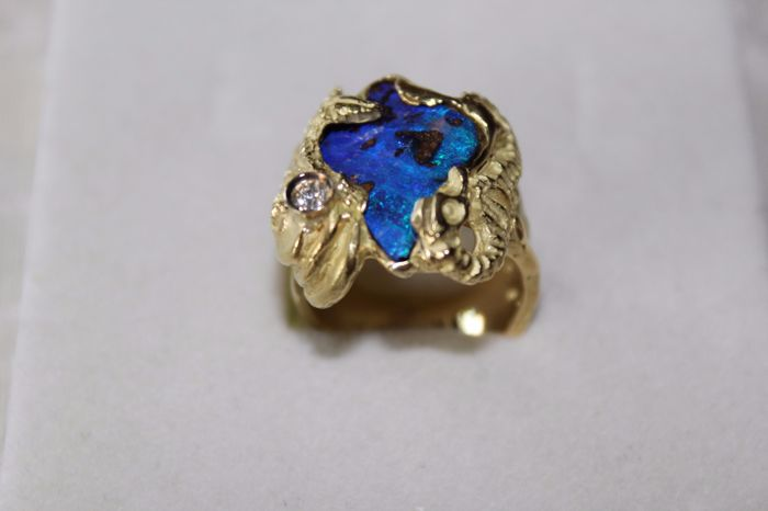 L'Anima di Mare – 18 kt yellow gold ring (750/1000) with Australian opal and diamond (0.10 ct) – Ring size:  16 mm