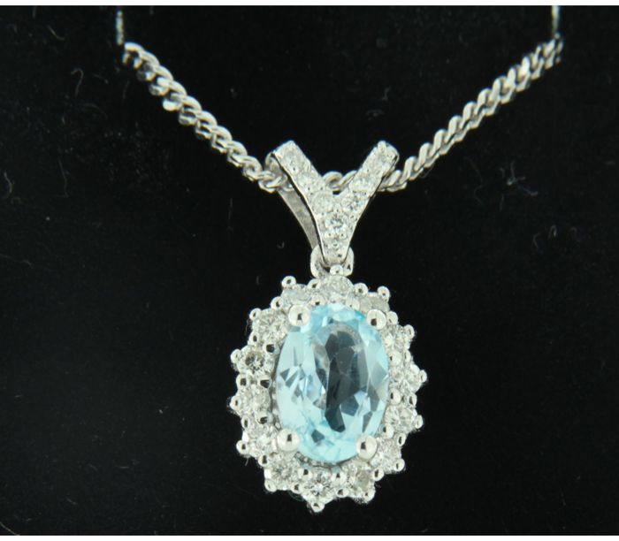 14 kt white gold necklace with an entourage pendant set with a central blue topaz and 21 brilliant cut diamonds, approx. 0.27 ct in total, necklace length 44 cm