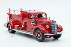 Road Signature - Scale 1/24 - Mack Type 75 Firetruck 1938 - Red with accessories and 24 K coin