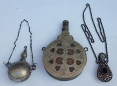 Lot of 3 antique flasks for gunpowder with decorations - Italy? - 1900 ca.
