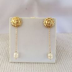 Yellow gold pendant earrings (18 kt) with pearls Representing the sun with an ivory coloured pearl hanging from a chain, length 7 cm