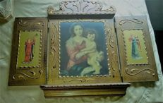 Antique Triptych altarpiece on wood of Mary and the Child in her lap with Angels. Ca 1900 - Portugal.