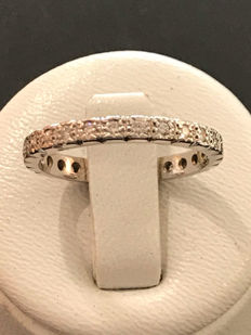 American wedding ring in 18 kt white gold with 26 Top Wesselton diamonds – 17 mm – no reserve price.