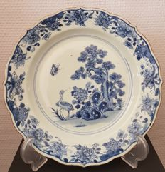 A deep blue and white decorative plate with a scalloped edge – China – 18th century
