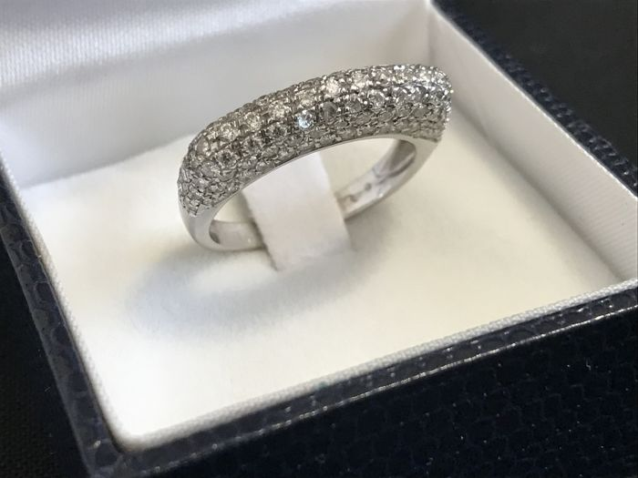 18 kt white gold ring with diamonds totalling 1.00 ct (approx.) - Size: 14.
