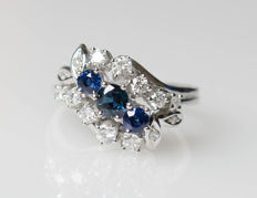14 kt white gold ring with diamonds and sapphires – size 56.5