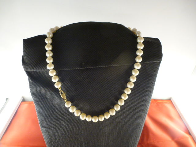 Necklace of cultured freshwater pearls with golden clasp