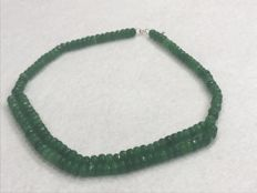 18 kt/750 gold – Emerald necklace. 290 ct – Length: 49 cm