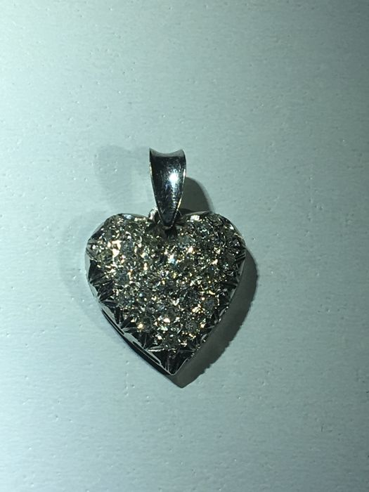 18 kt white gold, heart-shaped pendant 2.2 grams 1.4 x 1.4 cm set  with 23 diamonds approx. 0.30 ct.