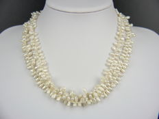 2 necklaces with fresh water pearls and 4 diamonds, 585 gold. Necklace length: 51 + 47.5 cm