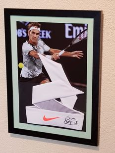 Roger Federer - Tennis legend - hand-autographed Bandana + action picture in large frame (30x41 cm) + COA