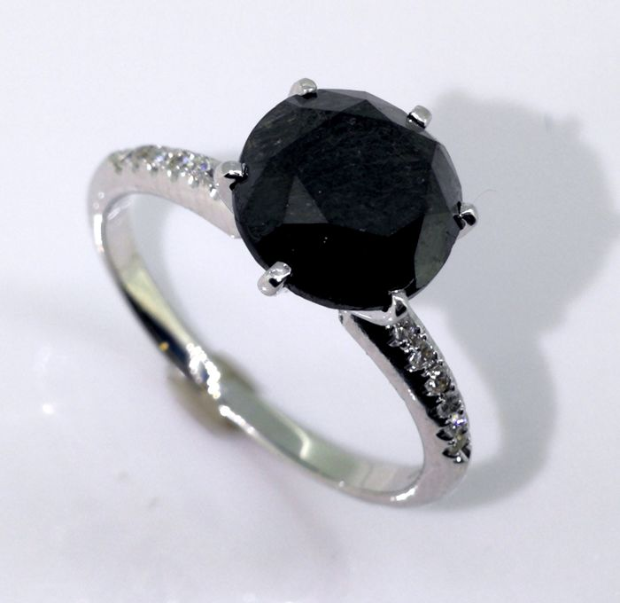 18kt gold Ring with a black diamond total 2.70 ct - 0,15 ct  diamonds  *** No reserveprijs ***
