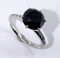 18kt gold Ring with a black diamond total 1.80ct - 0,15 ct  diamonds  *** No reserveprijs ***
